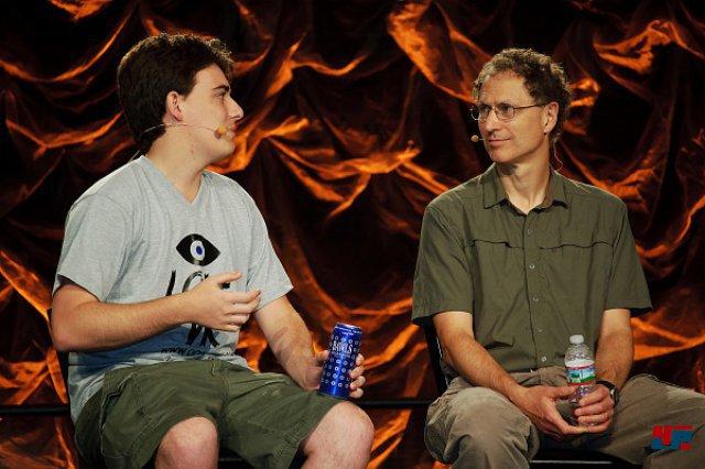 <b>Unterstützung von Valve</b><br><br> Auch Valve macht mit beim Wirbel um die Virtuelle Realität: Ab sofort ist Steam kompatibel zu Oculus-Rift. Im experimentellen VR-Modus lässt sich z.B. das Headtracking im Big-Picture-Modus verwenden. Auf den Steam Developer Days führte Michael Abrash (hier rechts im Bild) gestern außerdem den Prototypen eines eigenen Headsets vor - leider nur hinter verschlossenen Türen ohne Zugang für die Presse. Die Hardware soll nicht veröffentlicht werden, sondern wird intern für Entwicklung und Anpassung von VR-Software benutzt. Auch das Headtracking des neuen Oculus-Rift-Prototyps soll von Valves Forschung profitiert haben. 92475276