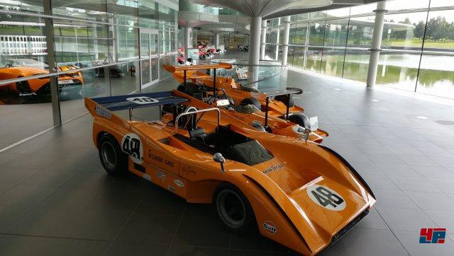 Neben den virtuellen Boliden im Spiel konnte man bei McLaren in Woking auch viele reale Kult-Flitzer bewundern.