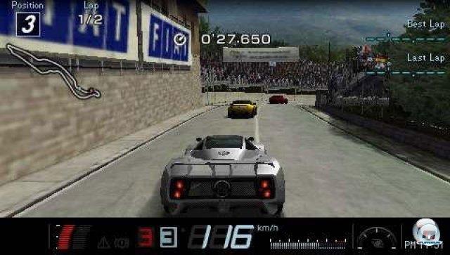 <b>Gran Turismo (2010, PSP)</b><br><br> Kommt es oder kommt es nicht: Der PSP-Ableger entwickelte sich beinahe zum Running-Gag im Stil von Duke Nukem Forever. Nach etlichen Verschiebungen und Gerüchten um die Einstampfung erschien das Spiel im Jahr 2010 tatsächlich noch, mit den großen Vorbildern konnte es aber nicht mithalten. Statt einer Karriere gab es nur Einzelrennen, das Fahrerfeld wurde auf vier Wagen zusammengestutzt und Autohändler durften nur an bestimmten Wochentagen besucht werden. Im Gegenzug stimmten immerhin die visuelle Umsetzung und das Fahrgefühl der über 800 Wagen. 92460762