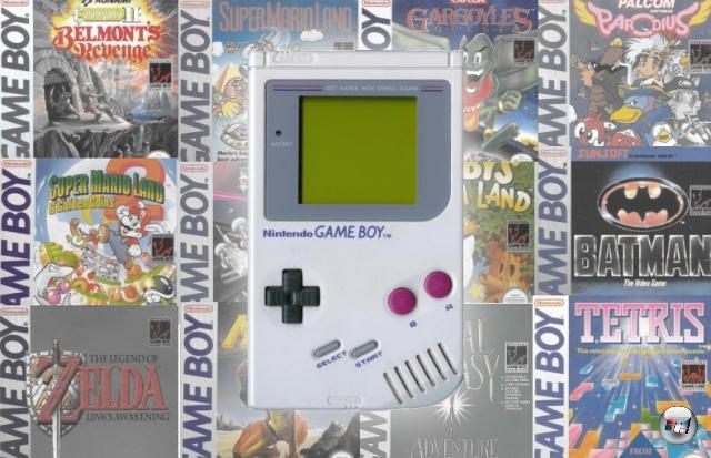 <b>Game Boy (Nintendo) </b><br><br>Erst 1989 begann das richtige Zeitalter der Handhelds - und dann gleich mit einem Donnerknall, dessen Echo bis heute nicht abgeebbt ist: Der Game Boy, Gunpei Yokois Meisterwerk. Das auf den ersten Blick schrecklich unscheinbar aussah: Keine Farbe (es ließen sich nur Graustufen darstellen), schwacher Prozessor, gerade mal genug RAM für einen Kaffee ohne Zucker - was soll das denn sein? Antwort: Das mit mehr als 100.000.000 verkauften Einheiten bis heute erfolgreichste Videospielsystem aller Zeiten. Was nicht nur am billigen Preis (zur Markteinführung kostete der Game Boy gerade mal gut 100 Dollar) und der energieeffizienten Hardware lag, sondern auch an der brillanten Software, wovon das beste Spiel dem System kostenlos beilag - Tetris. Der Game Boy war technisch der kurz darauf erscheinenden Konkurrenz meilenweit unterlegen - und überlebte doch jede einzelne davon, was der Startschuss für Nintendos »Technologie ist nicht wichtig. Spiele sind es.«-Philosophie war. So erfolgreich war dieses System, dass es volle neun (!) Jahre dauerte, bis mit dem Game Boy Color ein »Nachfolger« auf die Bühne kam, der ein wenig Farbe beherrschte (den dazwischen liegenden »Virtual Boy«-Flop mal außer Acht gelassen). Bis zum richtigen Nachfolger sollten nochmal drei Jahre vergehen... 1929118