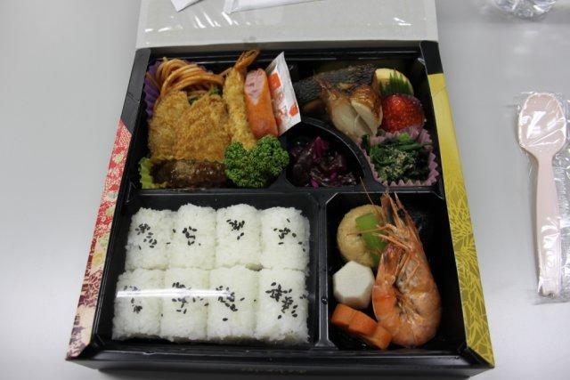 Essenszeit <br><br> Mahlzeit! Am Mittag wurde traditionelles japanisches Essen serviert. Nichts für Michael, der Fisch, Sushi und anderem Meeresgetier auf dem Teller nur wenig abgewinnen kann. Zumindest die Erdbeere war sehr lecker. 2317632