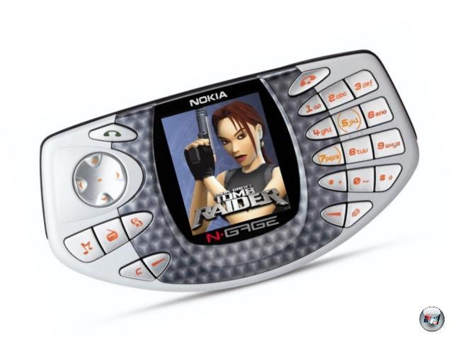 <b>N-Gage (Nokia) </b><br><br>Es gibt da diese Website namens sidetalkin.com, auf der Leute Fotos von sich mit der Welt teilen können, die zeigen, wie bescheuert man aussieht, wenn man das erste N-Gage tatsächlich so hält wie Nokia es wollte. Nämlich schräg vom Ohr abstehend, Ferenghi-Style. Bescheuert, wirklich bescheuert. Aber das war noch nicht das Blödeste am N-Gage: Stellt euch mal vor, ihr zockt am DS und wollt das Spiel wechseln. Nun verlangt das System von euch, dass ihr es abschaltet - so weit, so okay. Und nun sollt ihr den Akku ausbauen. Äh. Was? Genau. 2003 hatte Nokia die großartige Idee, ein Mobiltelefon mit einem Handheld zu kreuzen, aber die erste Version war zwar genau das, aber in erster Linie lächerlich, was die Handhabung betrifft (das grauenhafte Joypad nicht zu vergessen). Sehr schade, denn technisch hatte das Teil trotz des ungewöhnlichen Displays (höher als breit) einiges drauf, einige der Spiele sind ganz hervorragend! Auch der ein Jahr darauf veröffentlichte Nachfolger N-Gage QD konnte nichts mehr am Misserfolg ändern, obwohl er den größten Teil der Macken des Originals ausbügelte. Mittlerweile ist N-Gage der Name einer Applikation, die in Nokia-Smartphones genutzt werden kann - das Telefon an sich ist ein Auslaufmodell. 1929163