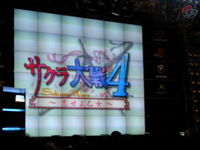 Das Sakura Wars 4 - Logo bei der Präsentation mit Produzent Hiroi und mehreren Sprecherinnen von Sakura Wars.