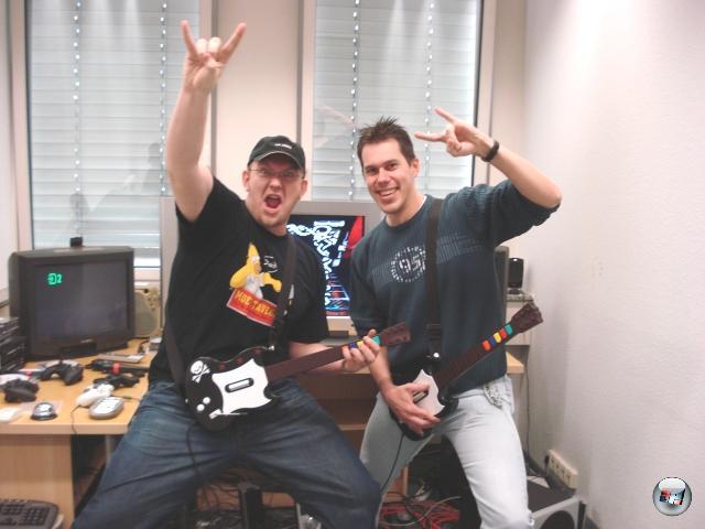 Ein spezieller Trend ist erst in letzter Zeit populär geworden, hat aber durchaus uralte Wurzeln: Das gemeinsame Rocken! Schon in Guitar Hero 2 konntet ihr kooperativ die Haare und Plastikgitarren schütteln, Rock Band hat dann das gemeinsame Musizieren auf die Spitze getrieben. Wollen mal sehen, wie sich der Nachfolger, Guitar Hero World Tour sowie die gefühlten 14 Millionen Klone in dieser Hinsicht schlagen werden. 1879928