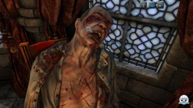 Der tote Bischof wurde übel zugerichtet. Im späteren Spielverlauf muss auch eine Obduktion gemeistert werden.