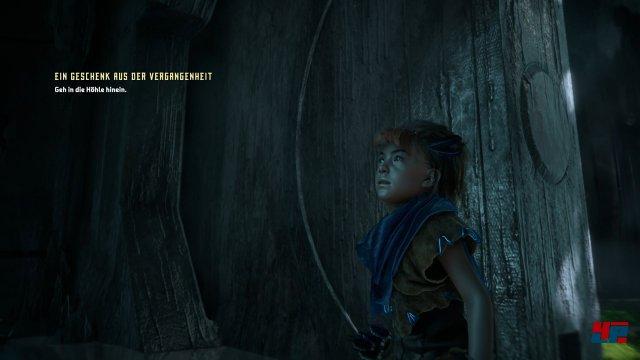 """Sehr früh findet die Waise den so genannten """"Fokus""""in einer Höhle. Mit ihm kann sie ihre Umwelt scannen."""