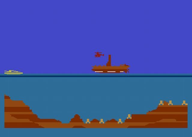 James Bond 007 – 1983 – C64, Atari 2600, Atari 5200, Atari 8-bit, ColecoVision<br><br>Es begann mit einem Spiel, das so hieß wie es heißen musste. In einem Unterwasser-Inderluft-Aufdemboden-Vehikel raste man da über den von rechts nach links scrollenden Bildschirm. Hindernisse und Gegner konnten übersprungen oder abgeschossen werden. Es lag nicht an den mickrigen acht Bit, dass Bonds erstes offizielles Videospiel ein lauer Aufguss damals populärer Mechanismen war – vielleicht war ja einfach zu viel Lizenzumsetzung drin. Immerhin orientierten sich die Levels lose an gleich vier Filmrollen: »Diamantenfieber«, »Moonraker«, »Der Spion, der mich liebte« und »In tödlicher Mission«. 2173928