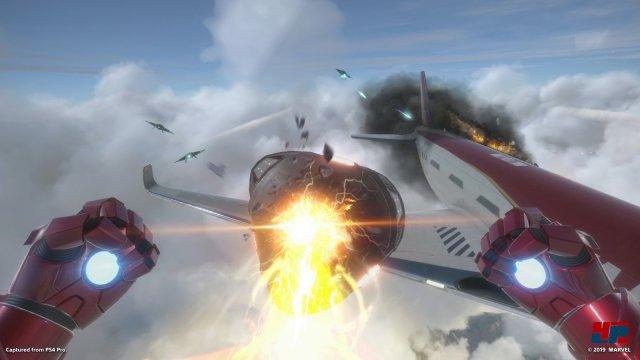 Iron Man wird gleich gefordert und muss nicht nur lästige Drohnen abwehren, sondern auch Pepper aus dem abstürzenden Flugzeug retten.