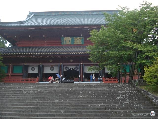 Und weil selbst 4Players-Redakteure dem gelegentlichen Schwapps Kultur nicht abgeneigt sind, nutzten wir den Tag nach dem finalen Messetrubel zum Ausflug ins gut zwei Stunden von Tokyo entfernte Nikko. Dort gibt es u.a. beeindruckende Schreine und Pagoden...  2013093