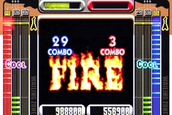 GuitarFreaks (1998)<br><br>Schon sieben Jahre vor Guitar Hero drückte Konami zwei Arcade-Spielern bereits Gitarren-Controller in die Hand und ließ sie von oben nach unten herabregnende Noten auf den drei roten, grünen und blauen Buttons treffen - kommt das jemandem vertraut vor? Auch das Hochreißen der Gitarre für Bonuspunkte war bereits vertreten, nur die 2D-Präsentation sieht im direkten Vergleich natürlich sehr nach 1932 aus. Der beste Teil von GuitarFreaks war jedoch, dass man es mit... 1726986