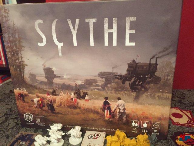 Scythe wurde über Kickstarter finanziert und von Jamey Stegmaier entworfen; Bilder und Gestaltung stammen von Jakub Rozalski. Man kann es bei Stonemaier Games für 80 Dollar auf Deutsch bestellen.