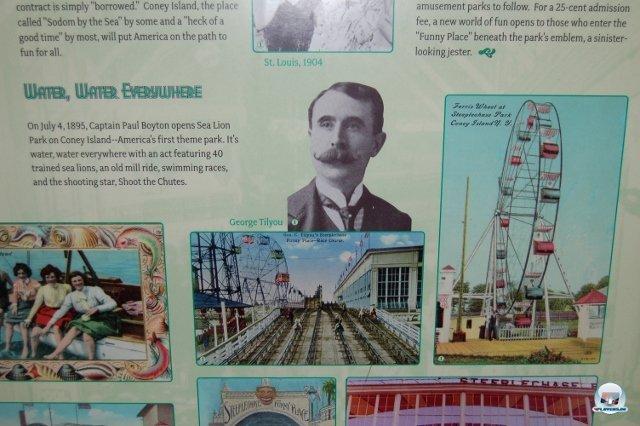 <b>Karl Ranseier ist tot</b> <br><br> Auf diversen Stellwänden sieht man, womit man sich vor mehr als hundert Jahren auf der Hafen-Kirmes die Zeit vertrieb. Besonders obskur wirkt die Mischung aus Rutsche und Einschienenbahn in der Mitte. 2334647