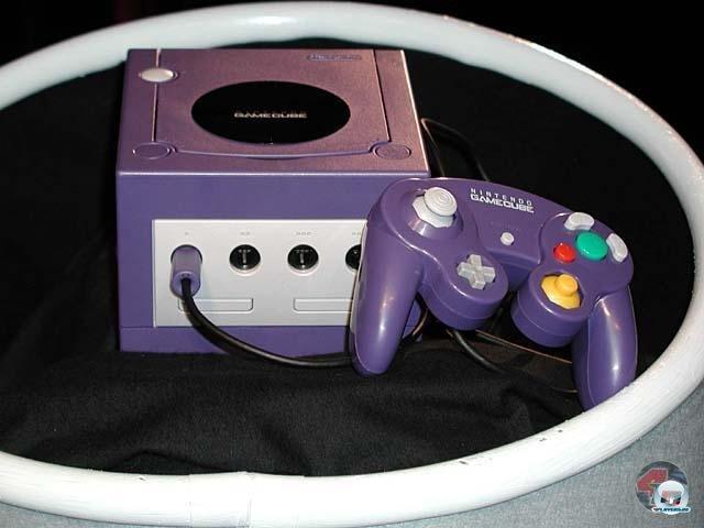 <b>Die Konsole</b><br><br> In Japan und den USA ging es 2001 los, deutsche Käufer mussten sich bis zum 3. Mai 2002 gedulden. Da kurz vorher der Xbox-Preis gesenkt worden war, zog Nintendo nach: Nur 199 Euro kostete der GameCube zum Start. Im Gerät steckte der zusammen mit ATI entwickelte Grafikchip Flipper (162 MHz) und IBMs Power-PC-Prozessor Gekko (485 MHz). Mit rund 21 Millionen verkauften Geräten verlor Nintendo den Dreikampf gegen die PS2 (154 Mio.) und die Xbox (24 Mio.). Der Controller bot erstmals zwei Sticks wie bei Sony, der gelbe Knubbel und die Knöpfe waren allerdings sehr eigenwillig geformt, damit man sie ertasten konnte. 2346957