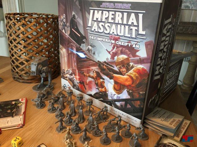 Star Wars: Imperial Assault ist komplett auf Deutsch beim Heidelberger Spieleverlag erschienen und für zwei bis fünf Spieler konzipiert. Es kostet knapp 70 Euro.