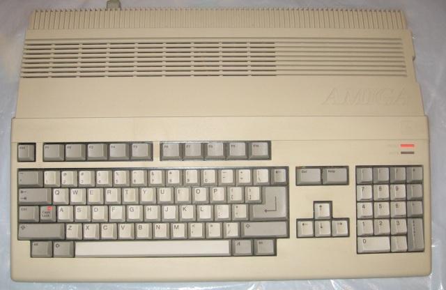 Der Durchbruch <br><br>  Mit dem Amiga 1000 hat man zwar ein erstes Ausrufezeichen gesetzt, doch der große Durchbruch kam erst zwei Jahre später, als man mit dem Amiga 500 ein technisch leicht fortgeschritteneres und wesentlich kompakteres Modell auf den Markt brachte. Als geistiger Nachfolger des populären C-64 erfreute sich das System einer breiten Unterstützung der Spielehersteller und User gleichermaßen. So entstanden im Laufe der Jahre einige Software-Perlen, an die man sich auch heute noch mit einem Lächeln im Gesicht erinnert...  2133063