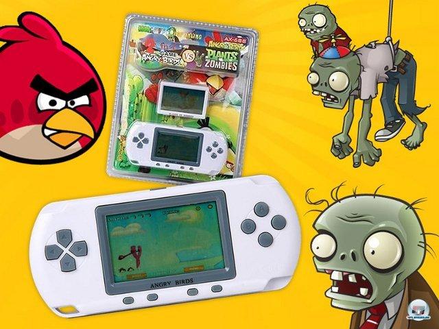 <b>Angry Birds vs. Plants vs. Zombies</b><br><br> Zwei Millionenseller in einem Gehäuse! Warum sind PopCap und Rovio noch nicht auf die Idee gekommen? Wer sich dieses Stück Piraten-Hardware zulegt, sollte sich aber auf eine unangenehme Überraschung gefasst machen. Im Gerät stecken natürlich nur billigst kopierte LCD-Varianten von Angry Birds und Plants vs. Zombies. 2376602