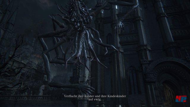 Wenn ihr über den Yharnam-Grabstein in den Kathedralenbezirk kommt, geht ihr links hinaus auf den Vorhof. An der Leiche am rechten Baum werdet ihr autmatisch von dieser Kreatur in das neue Gebiet entführt. Screenshot - Bloodborne (PlayStation4)