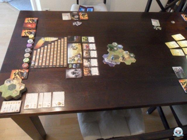 Man braucht einen großen Tisch, denn das modulare Spielfeld wächst immer weiter. Außerdem verschlingen Ruhm- und Ansehenleiste sowie Kartenauslagen jede Menge Platz.