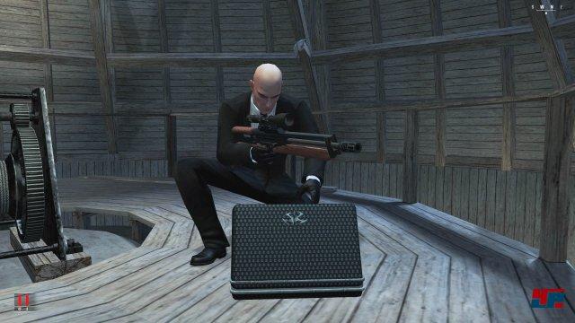 Mit dem Scharfschützengewehr erledigt der Killer seiner Opfer auch aus sicherer Distanz.