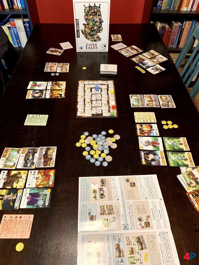 Neben der Wertungstafel sowie Holzsteinen und einer Anleitung sind 60 Marker, 25 Gebäudekarten, fünf Spielhilfen sowie 81 Einheitenkarten enthalten.