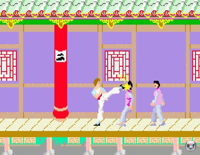 Von Anbeginn der Computer- und Videospiel-Zeitrechnung ging es im Großen und Ganzen darum, seinem Gegenüber mal ordentlich zu zeigen, wo der Feuerball hängt - in den 70er und 80er Jahren natürlich noch dezent niedriger aufgelöst als heutzutage, wie man z.B. an Frühwerken wie Bob Whiteheads »Boxing« auf dem Atari 2600 erkennt. Aber aus der klassischen Seitenperspektive wurden erst ab 1984 Hiebe und Tritte verteilt: Irems »Kung-Fu Master«, das seine Inspiration wenig subtil aus Bruce Lee-Filmen bezog, gilt gemeinhin als (farblich herausfordernder) Genrevater. 1911888