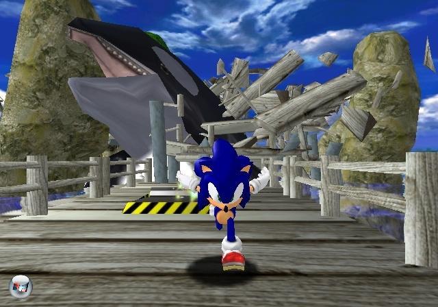 Nach der Fließbandproduktion von 2D-Sonic-Spielen auf dem Mega Drive mussten Fans sich lange gedulden. Kurz nach dem Start des Dreamcasts erschien der erste »echte« Nachfolger in 3D. Erstmals erforschen Segas Igel-Maskottchen und seine Mitstreiter wie Amy, Tails und Knuckles ausladende Oberwelten. Zwischendurch wetzt man pfeilschnell durch toll designte Hüpf-Levels. Außerdem erwarten den Spieler japanische Kuriositäten wie Angelsequenzen mit einer kugelrunden Mega-Katze und eine Art Tamagotchi-Aufzucht für das Speicherkartenhandheld VMU. Des weiteren bot das Spiel die Erkenntnis, dass Sonic in Wirklichkeit »Sonicööööh« ausgesprochen wird - zumindest wenn er im japanischen Original von seinem Sidekick »Tailsöööh« herbeigerufen wird. Die Nachfolger für Dreamcast, GameCube und die aktuellen Konsolen konnten leider allesamt nicht ganz an die Klasse des Erstlings anknüpfen. 1882568