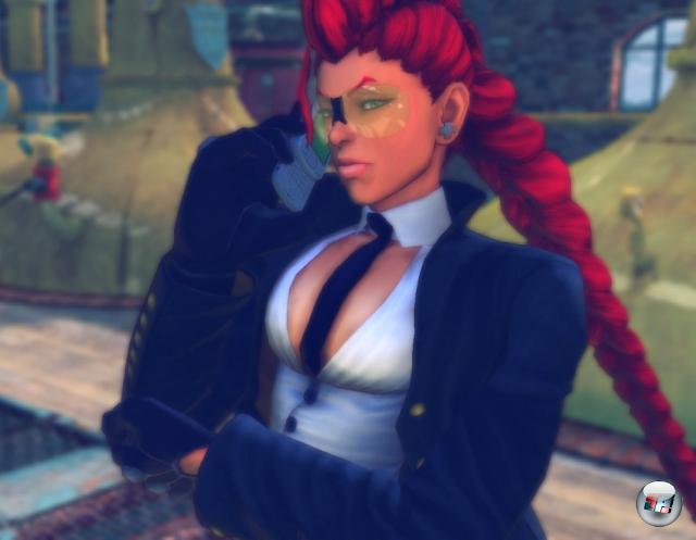 Crimson Viper<br><br>Eine Sonnenbrillen-Tussi mit bodenlangem rotem Haar, die für einen Kampf seufzend das Telefonieren unterbrechen muss, als wäre das eine lästige Pflicht wie Müll runterschaffen - Crimson Viper sorgt für It-Girl-Glamour beim sonst auch nicht gerade bodenständigen Street Fighter 4. Und tatsächlich fällt es schwer, sich unter all den neuen Helden zu entscheiden: Hey, El Fuerte, der Kampfzwerg, tritt mit einer Bratpfanne an! Wie will man das toppen? 1898318