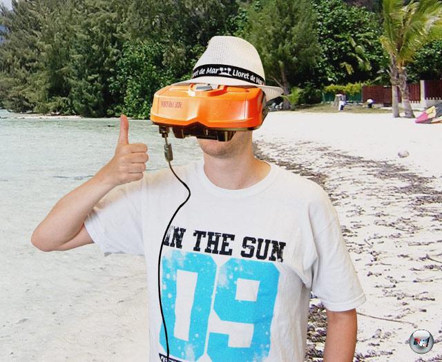 <b>Nützliche Scheuklappen</b> <br><br> Das kuschelig weiche, austauschbare Filzvisier schottet den Spieler komplett von der Außenwelt sowie störenden Lichtstrahlen ab und macht das Gerät dadurch konkurrenzlos freilufttauglich. Außerdem zieht man die Aufmerksamkeit des kompletten Strandabschnittes auf sich, wenn man sich den Virtual Boy beim Sonnenbaden über die Augen stülpt. Ein weiterer Vorteil ist das helle, flimmerfreie Bild: Die zwei Screens werden schließlich nicht wie bei anderen Techniken durch einen Shutter oder einen Polarisationsfilter verdunkelt. Auch Geisterbilder wie bei 3DS oder 3D-Fernsehern gibt es hier nicht, da beide Augen ihr eigenes Bild geliefert bekommen – allerdings nur mit einer Auflösung von jeweils 384 x 224 Pixeln. 2211703