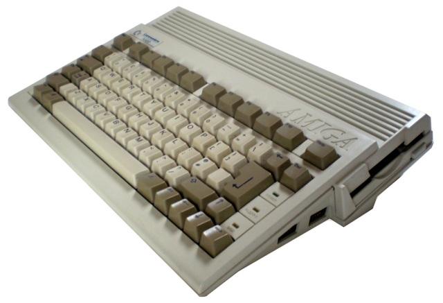 Letzte Rettungsversuche <br><br>  Da halfen auch die letzten verzweifelten Versuche des finanziell angeschlagenen Commodore-Unternehmens nicht mehr viel: Überflüssige Modelle wie der Amiga 500 Plus oder der kleine Amiga 600 konnten sich vor allem aufgrund ihrer Kompatibilitätsprobleme nie wirklich durchsetzen. Auch die Idee, Modelle wie den Amiga 2000 oder Amiga 3000 mit Hilfe von Steckkarten zu einem PC zu erweitern, war vor allem auch aufgrund der rasanten Entwicklung des PC-Marktes zum Scheitern verurteilt.  2133113