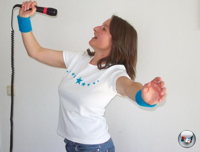Man darf auch nicht vergessen, dass sie PS2 die erste Konsole war, die Partyspaß massentauglich machte: Zwar gab es schon früher Bewegungssteuerung, diese Entwicklung geht bis in Mega Drive-Zeiten zurück, aber erst EyeToy war das erste wirklich gut funktionierende Bewegungserfassungssystem. Und egal wie nervend man es mittlerweile finden mag: SingStar hat den Karaoke-Spaß nach Hause gebracht. 2177333