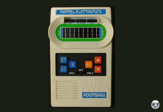 <b>Mattel-Handhelds</b><br><br>Man mag es kaum für möglich halten, aber die Geschichte der Handhelds beginnt ohne Nintendo: Bereits 1977 brachte Mattel (ja, die Barbie-Firma!) portable Spielgeräte auf den Markt. Diese länglichen Plastikmonster, deren Form sich absichtlich an Taschenrechnern orientierte, beinhalteten jeweils ein Spiel: »Auto Race«, »Football«, »Baseball« und »Basketball« (seinerzeit war kreative Titelgebung nicht die Entwicklungs-Priorität) waren die erfolgreichsten davon. Was nicht viel heißt, denn sehr viel mehr Spiele gab es nicht. Die Systeme waren kurzzeitig enorm erfolgreich, verschwanden aber wieder sehr schnell vom Markt. 1929108