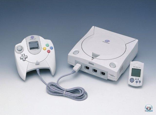 <b>Dreamcast: 499 DM</b> <br><br> Am 14. Oktober 1999, fast ein Jahr nach dem japanischen Launch, brachte Sega seine letzte Konsole. Obwohl starke Technik im schmucken weißen Kasten steckte, gab es ihn zum Kampfpreis von 499 DM. 92404062