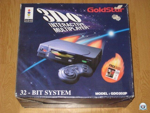 <b>3DO: 1200 DM</b> <br><br> In Europa verschlief die 3DO Company das 32-Bit-Zeitalter: Als Godstars Variante der 3DO-Konsole im Herbst 1994 in kleinen Stückzahlen nach Deutschland kam, war der Zug schon abgefahren. Alle Welt redete bereits von PlayStation, Saturn und Nintendos