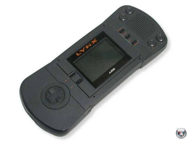 <b>Lynx (Atari) </b><br><br>1989: Der Game Boy war gerade mal einige Monate auf dem Markt, da konterte Atari, seinerzeit trotz des großen Videogame-Crashes von 1983 Nach wie vor einer der größten Player im Geschäft, mit seinem eigenen Handheld - dem Lynx. Und auf dem Papier standen alle Zeichen auf Weltherrschaft: Das Gerät beherrschte 4096 Farben, die dank satter Hintergrundbeleuchtung herrlich hell und scharf herumstrahlten. Fetter Stereo-Sound dröhnte aus den Boxen, das System ließ sich komplett um 180° drehen, so dass auch Linkshänder das volle Vergnügen erfuhren. Bis zu 18 Handhelds konnten per Linkkabel für bis dato ungeahntes Mehrspielervergnügen miteinander verbunden werden. Und der verbaute 3D-Chip war eine technische Meisterleistung, die  Zoom- und Dreh-Spielereien auf Spielhallen-Niveau ermöglichten! Und dennoch blieb der Lynx nicht viel mehr als ein Achtungserfolg: Zum einen war das Teil wirklich riesig groß, fast 30 cm lang, und damit für die Hosentasche völlig ungeeignet. Zum anderen verlangte die ach so fancy Technologie ihren Preis in Form von leeren Batterien: Ein Sechserpack R6 reichte für durchschnittlich gerade mal drei Stunden Spielspaß! Der Todesstoß war aber schlussendlich mal wieder die Software: Gute Spiele kamen fast ausschließlich von Atari selbst oder von (Lynx-Mitentwickler) Epyx - den Rest des geringen 3rd Party-Ausstoßes konnte man fast durchgehend in der Pfeife rauchen. 1929123