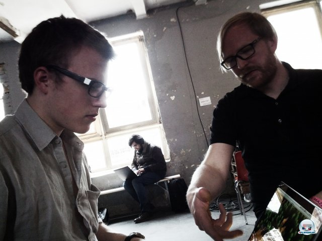 Ljungström erläutert einem anderen Entwickler eine frühe Version von Future Unfolding.