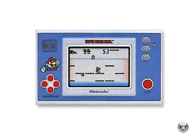 <b>Game & Watch (Nintendo) </b><br><br>1980 entwickelt Gunpei Yokoi nicht nur das digitale Steuerkreuz, sondern gleichzeitig auch das »Game & Watch«-System: Dieser Urgroßvater aller Handhelds setzte auf vorgefertigte Bilder (dargestellt von einem simplen Flüssigkristall-Display), zwischen denen der Spieler hin- und her schalten durfte, um z.B. fallendem Werkzeug oder gegnerischen Autos auszuweichen - eine frühe Form von Interaktivität. Die kleinen G&Ws, die es in verschiedenen Varianten inkl. einer Dualscreen-Version oder einem Schlüsselanhänger gab, enthielten jeweils nur ein Game, und, wie man dem Namen entnehmen kann, eine Uhr  - sehr simpel, aber ein gigantischer Erfolg, denn aus den anfänglichen Eigenentwicklungen wurden später immer mehr Lizenzspiele wie Mickey Mouse. Einen umfassenden Überblick über dieses Thema finden GBA-Spieler übrigens in den optisch und spielerisch aufgemöbelten »Game & Watch Gallery«-Games von Nintendo. 1929113