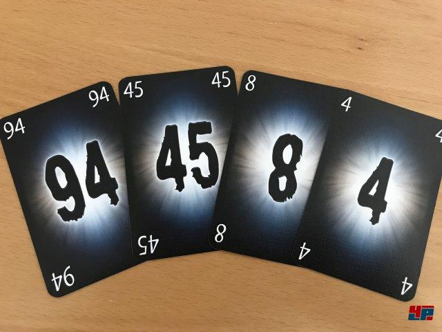 The Mind ist komplett auf Deutsch beim Nürnberger Spielkartenverlag (NSV) für knapp acht Euro erschienen.