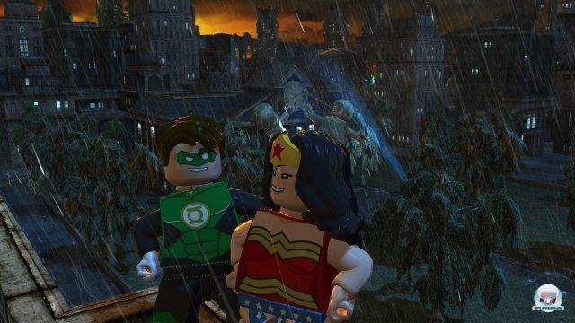 Alle Helden sind schon da. Oder fast alle. Insgesamt tummeln sich 50 bekannte DC-Figuren im Spiel.