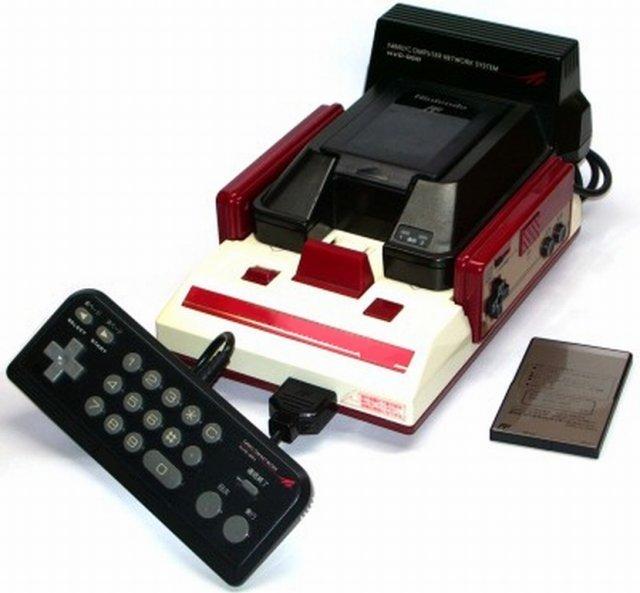<b>Nintendo als Online-Pionier</b> <br><br> Wer hätte das gedacht? Mehr als eine Dekade vor Xbox Live befasste sich ausgerechnet Nintendo mit dem Thema, Konsolen über ein Netzwerk miteinander zu verbinden - und das lange bevor das Internet seinen Siegeszug feierte. Also veröffentlichte man 1988 ein Modem für die betagte NES bzw. Famicom-Konsole; allerdings nur in Japan. 92418922