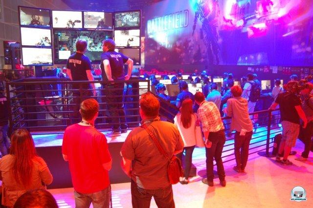 Der Commander unterstützt die Spieler auf einer Übersichtskarte und gibt taktische Befehle an die Squad-Leader - ähnlich wie in MAG.