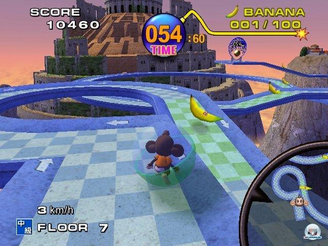 <b>Super Monkey Ball</b><br><br> Zum Start sorgte Sega mit einem ungewöhnlichen Spielprinzip für gute Laune. Im albernen und bockschweren Kugellabyrinth Super Monkey Ball wurde nicht der im Ball eingesperrte Affe gesteuert, sondern der komplette Level gekippt. Bis heute unerreicht spaßig: Das enthaltene Partyspiel Monkey Ziel, bei dem man nach dem Sprung die Kugel aufklappte und zum Segelflieger umfunktionierte. 2346997