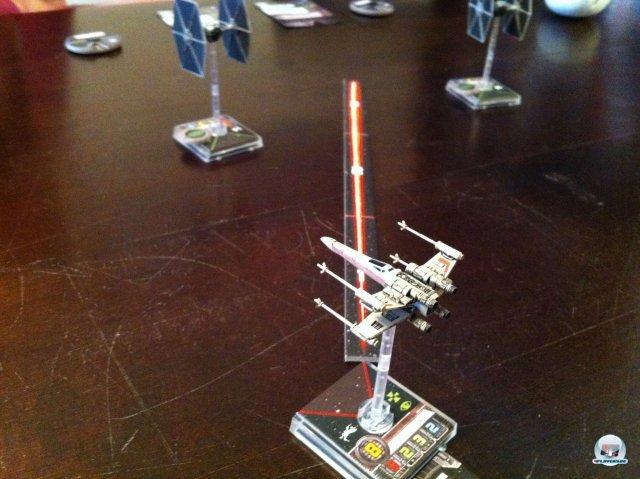 Die Schussreichweite des X-Wing wird über eine Pappleiste in drei Stufen bestimmt; der Winkel sollte dem roten Dreieck an der Front entsprechen. Feinde in Reichweite 1 erleiden auch mehr Schaden.