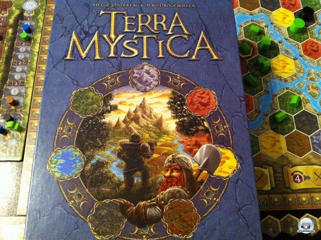 Terra Mystica ist der erste Titel des u.a. von Uwe Rosenberg (Agricola) gegründeten Verlages Feuerland Spiele. Es ist für zwei bis fünf Personen ausgelegt, komplett auf Deutsch erschienen und kostet knapp 50 Euro.