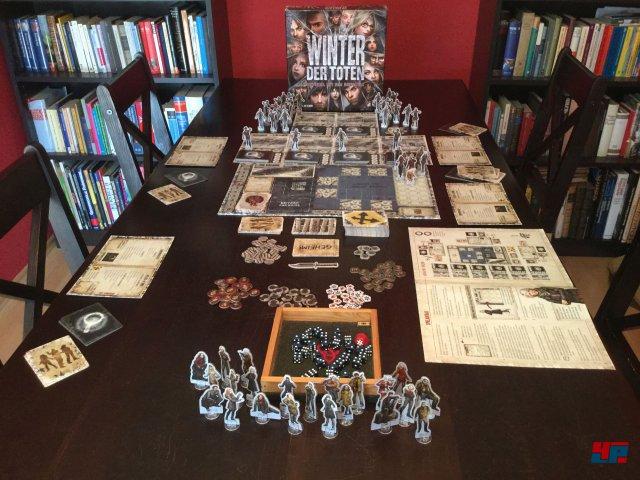 Winter der Toten ist komplett auf Deutsch beim Heidelberger Spieleverlag erschienen und kostet knapp 40 Euro. Es ist für zwei bis fünf Spieler ausgelegt.