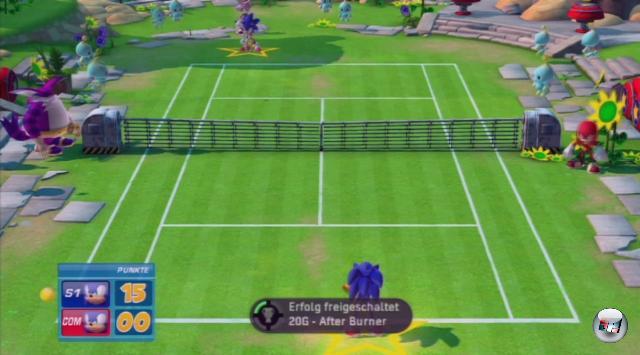 <b>SEGA Superstars Tennis</b><br><br>Sega Superstars Tennis beschenkt euch reichlich und schnell - wenn ihr euch Mühe gebt! Schon mit dem allerersten Ball könnt ihr zwei Achievements freischalten; hier die Vorgehensweise: Geht in den Superstars-Modus und wählt die Welt »Sonic«. Schnappt euch den Namensgeber und macht den ersten Schlag »perfekt«. Das gibt gleich zwei Achievements im Gesamtwert von 40 Punkten, denn ihr durchbrecht mit dem Schlag nicht nur die Schallmauer (»After Burner«), sondern erwischt auch Blaze, die sich im Hintergrund rumtreibt (»Gastauftritt«). Dann geht's zurück ins Weltmenü, in Richtung Space Channel 5. Gewinnt das erste Turnier, was nicht mehr als drei Minuten dauert, woraufhin ihr die folgenden Erfolge kassiert: »Willkommen in der SEGA World!« (10), »Spiel Ball!« (10) und »Einfacher geht's nicht« (20). Zehn weitere Zähler gibt es, wenn ihr Xbox Live wählt und »Sega TV« aktiviert - lehnt euch zurück, schaut einem anderen Spieler beim Arbeiten zu, freut euch über die zusätzlichen Punkte (»Space Channel 5«) sowie eure gute Tat des Tages. Denn mit dem Blick auf sein Match habt ihr ihm gerade 30 Punkte verschafft... 1783463