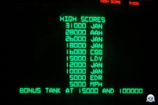 <b>König für einen Tag</b> <br><br>...die 3D-Jagd auf Panzer und zwitschernde Ufos macht auch heute noch erstaunlich viel Spaß. Vor allem der wuchtige Subwoofer rockt! Bei einem Treffer knarzen sämtliche Holzvertäfelungen in der Umgebung. Auch die Bestenlisten sorgten seinerzeit für mehr Motivation: Nach ein paar Versuchen hatte ich den ersten Platz geknackt. 2334717