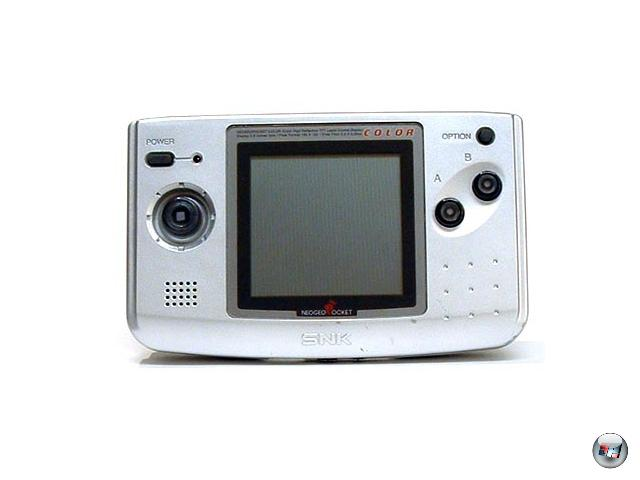 <b>Neo Geo Pocket (SNK) </b><br><br>1998 versuchte sich SNK recht erfolglos am Handheld-Markt: Das Neo Geo Pocket-System bot wenige Spiele, die auf dem Monochrom-Bildschirm einfach nicht gut aussahen. Okay, alle Maschinen stop, das probieren wir gleich nochmal. Und besser: Gerade mal ein Jahr später wurde der Nachfolger Neo Geo Pocket Color veröffentlicht - für gerade mal 69 Dollar; angesichts der vierstelligen Summen, die man für das Neo Geo-Heimsystem berappen musste, ein unfassbar scheinenden Schnäppchen. Und anfangs sah alles sogar noch ziemlich gut aus: Das System verkaufte sich gut, die meist von SNK selbst entwickelten Spiele waren größtenteils von guter bis sehr guter Qualität, die Batterieleistung war gerade für das Gezeigte erstaunlich. Aber dann kam das Jahr 2000, und mit ihm zwei wichtige Erkenntnisse: 1.) Ganz ohne 3rd Party-Hersteller kommt man auf Dauer einfach nicht aus. 2.) Gegen den frisch veröffentlichten Game Boy Advance von Nintendo ist kein Kraut gewachsen. Und zu schlechter Letzt wurde SNK von den Pachinko-Herstellern Aruze gekauft - das war's. 1929148