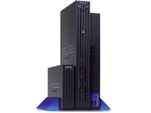 All das sorgte dafür, dass sich die PS2 schnell zur Vorzeigekonsole mauserte - und warum auch nicht? Die Dreamcast war schnell vernichtet, die weitere Konkurrenz in Form des GameCube (Release: September 2001 in Japan, Mai 2002 in Europa) oder der Xbox (Release: November 2001 in den USA, März 2002 in Europa) sollte noch eine Weile auf sich warten lassen. Dennoch lief nicht alles wie am Schnürchen, gerade langfristig präsentierte Sony einen bemerkenswerten Mangel an Flexibilität: Zum einen war da das Debakel um die Festplatte, die lediglich in Japan und den USA veröffentlicht wurde - und es sehr wenig Spiele gab, welche sie überhaupt nutzen konnten. Auch der Online-Adapter war ein gewaltiger Griff ins Klo, was nicht nur an den gefühlten zwei Titeln lag, die ihn überhaupt unterstützten. Im Vergleich zum komfortablen Xbox Live-Konkurrenz gab es hier keinen einheitlichen Login, so dass man sich für jedes Spiel separat einen Account zulegen musste. 2177343