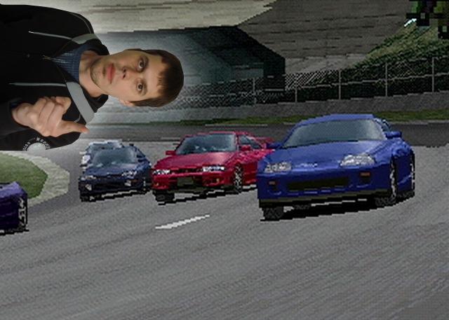 <b>Krosta sagt: Mayn Läybän! </b><br><br>Kautz, du wirst doch wohl die Gran Turismo-Serie nicht vergessen, oder?<br><br>Nee, natürlich nicht: Aber genau wie zu Super Mario Kart muss wohl auch zur Gran Turismo-Serie nicht sehr viel gesagt werden: 1997 sorgte die Firma Polyphony Digital um Chefdesigner Kazunori Yamauchi mit Gran Turismo für Millionen nicht ansprechbare Gamer. Fast 180 teils auf haarsträubende Art und Weise freizuspielende Traumwagen, glaubwürdige Fahrphysik, tolle Grafik und das clevere »Driver's License«-System machten aus dem Spiel einen gigantischen Verkaufserfolg, der bis heute anhält. 1797493