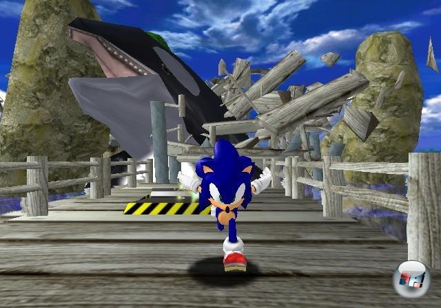 <b>Sonic Adventure (1998)</b><br><br>Ende 1998 wurde Segas letzte Konsole Dreamcast in Japan veröffentlicht - und sie war (anfangs) ein voller Erfolg, was nicht zuletzt ein Verdienst von Sonic Adventure war: Schneller als je zuvor rast der blaue Blitz durch wunderschöne 3D-Welten, springt auf Feinden herum, liefert sich spannende Bosskämpfe und entspannt die gebeutelten Sohlen beim Plausch mit anderen Figuren im Adventure-Part - keine Frage, ein Hit! Auf der anderen Seite spaltet dieser Titel bis heute die Sonic-Fangemeinde in Jünger und Hasser, denn mit Sonic Adventure begann sich die Serie zum interaktiven Rennfilm zu entwickeln, in dem man vom Spieler zum Knöpfendrücker degradiert wurde, der gelegentlich mal eine Richtung vorgeben durfte, wenn er nicht gerade mit der mistigen Kamera beschäftigt war. Obwohl der Auftritt des Orca-Wals zugegebenermaßen sehr beeindruckend war, wenn man ihn zum ersten Mal sah. Übrigens: Einen Vorgeschmack auf Sonic Adventure konnte man bereits ein Jahr zuvor in Sonic Jam auf der Saturn erhalten: In erster Linie war das eine Sammlung von einigen 16Bit-Sonics, die aber mit »Sonic World« einen Techniktest enthielt, in dem man mit dem Stachelkopp durch eine 3D-Variante der Green Hill Zone düsen konnte. 1858948